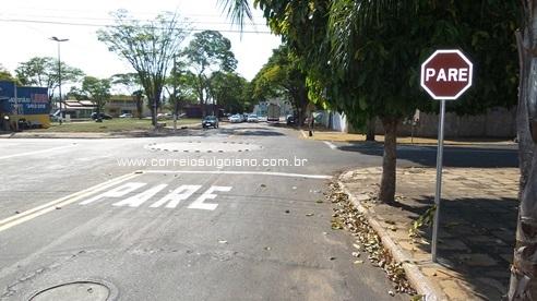 Sinalização Rua Manoel Lemes de Mendonça, sentido Saneago para Odontomed, onde trafegava Raniere Marcos