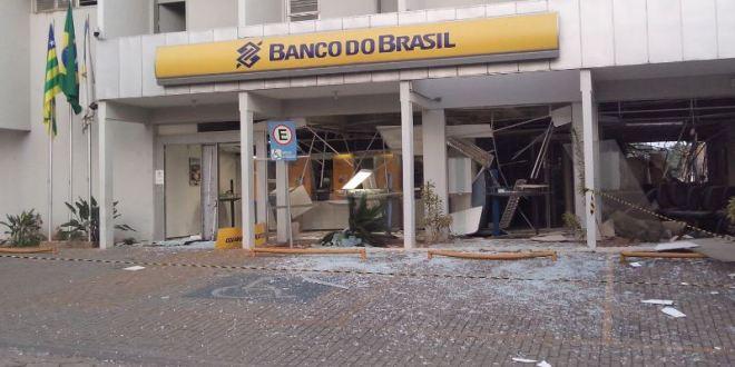 OUSADIA: Quadrilha atira contra base da Polícia Militar e explode agência do Banco do Brasil em Corumbaíba