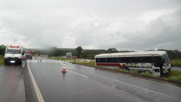 Ônibus ficou atravessado no canteiro central