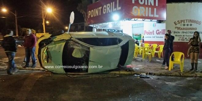 Carro passa direto pelo sinal de PARE, bate em outro e capota no centro de Morrinhos