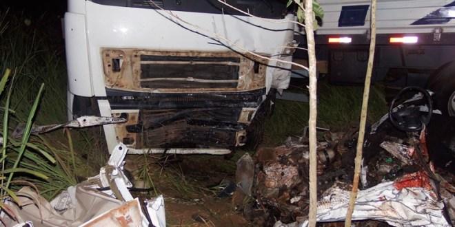 Dois mortos em acidente entre Uno e Caminhão em Caldas Novas