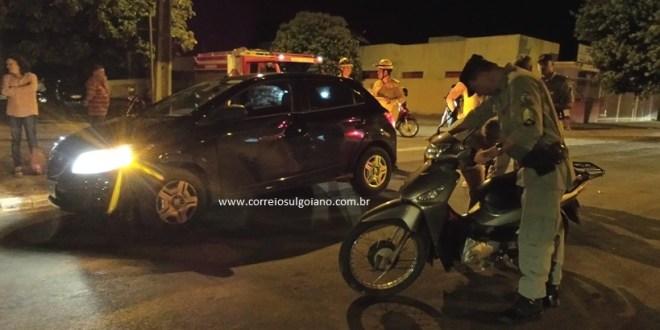 E mais outro! Moto x Carro… Mulher perde controle da moto e bate em carro
