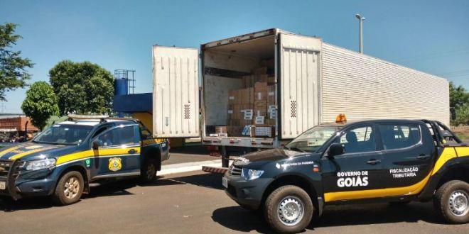 Após perseguição na BR-153, Polícia Rodoviária Federal apreende carga de cigarro, caminhão e baú abandonados
