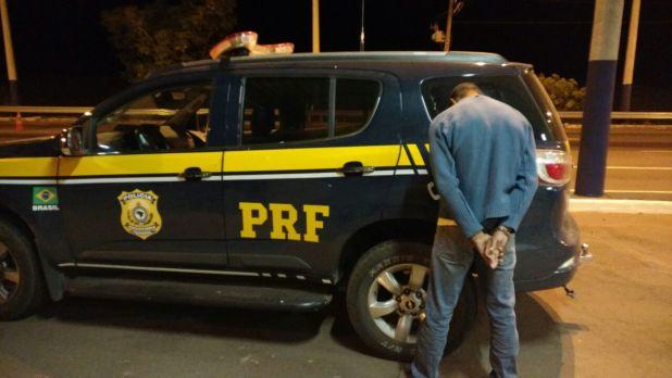 Suspeito é preso dirigindo o caminhão roubado