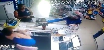 Ladrão aponta arma para comerciante