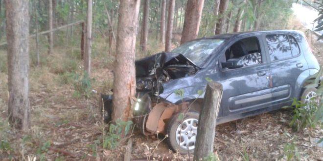 Acidente em Morrinhos deixa casal ferido. Condutor perdeu controle do carro e bateu em árvore