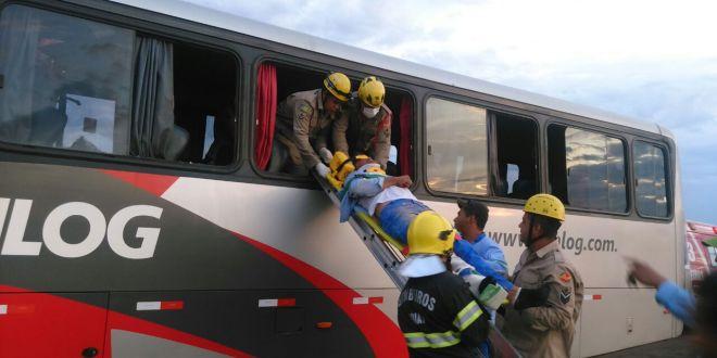 Ônibus com funcionários da Usina colide na traseira de carreta carregada com cana-de-açúcar, em Mineiros-GO