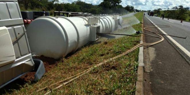 Caminhão carregado com combustível tomba na BR-153, em Morrinhos