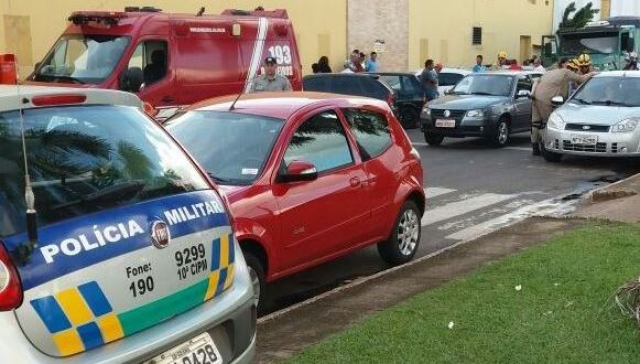 Barbeiragem? Motorista deu partida em caminhão engrenado e colidiu contra 03 carros estacionados