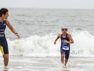 Monike Azevedo e um dos atletas de seu projeto social, que comemora dez anos