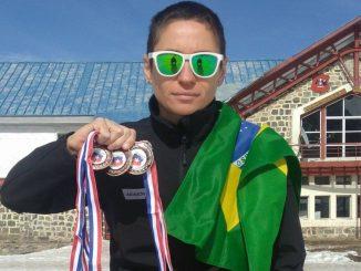 Mika com as três medalhas conquistadas no Sul-Americano de Biathlon em Portillo, no Chile
