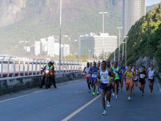Elite da Meia Maratona Internacional do Rio de Janeiro na subida da Avenida Niemeyer. Foto de MidiaSport/Divulgação