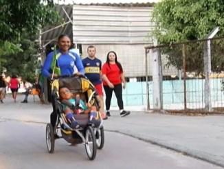 Mônica Rodrigues leva o filho Davi Rodrigues durante um treino. Foto TV Borborema
