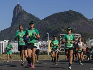 Corredores nos quilômetros finais da Meia Maratona da Maratona do Rio. Foto de Gabriel Heusi