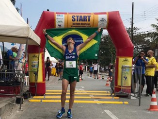Felipe Costa da Silva comemora o título da IAU Continental de Ultra de 100km Américas