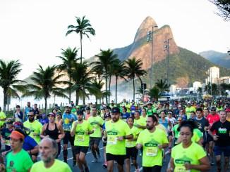 Corredores da Meia Maratona do Rio 2020 na Praia de Ipanema