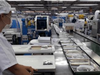 """Linha de produção de 3 mil protetores """"face shield"""" que serão doados pela New Balance para hospitais municipais Quixeramobim, no Ceará, e Campo Bom, no Rio Grande do Sul. (Divulgação)"""