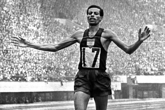 Abebe Bikila, etíope foi o primeiro a vencer duas maratonas olímpicas e é considerado o maior maratonista de todos os tempos