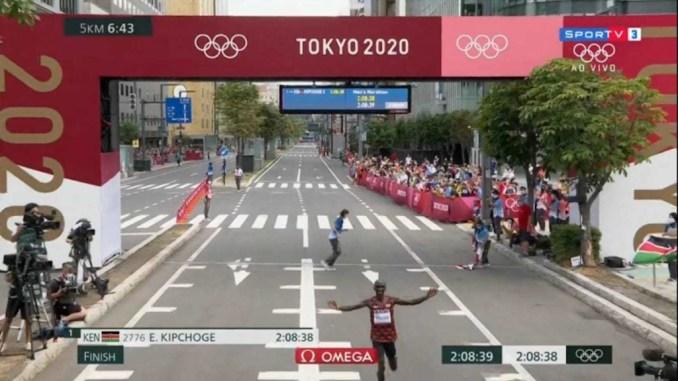 Eliud Kipchoge vence a maratona olímpica dos Jogos de Tóquio-2020 (Reprodução/Sportv)