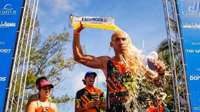 O triatleta Cesar Momesso na chegada da UB515 na edição de 2017. (Foto de Sandra Guedes/Divulgação)