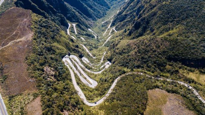 Corredores e ciclistas da primeira edição do Rio do Rastro Marathon vão enfrentar as 256 curvas da Serra do Rio do Rastro. (Divulgação)
