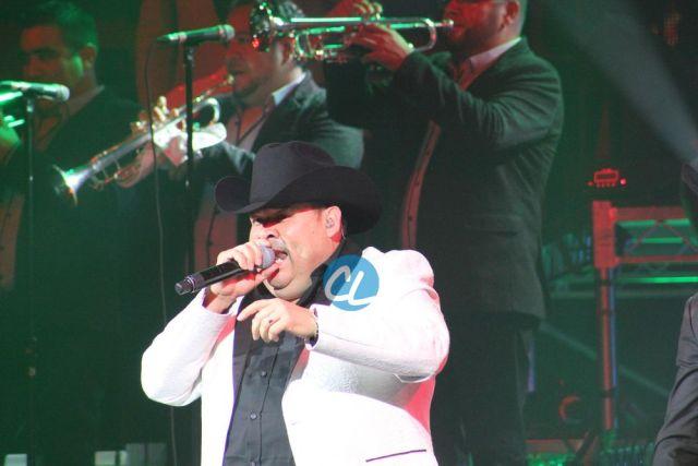 El Coyote, cantando en el concierto de Julion Alvarez en Madison Square Garden 7/30/2016