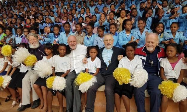 Akamasoa – África y el santo de Mdagastcar el Padre  Pedro Opeka recibió con los brazos abiertos a los Obispos Argentinos