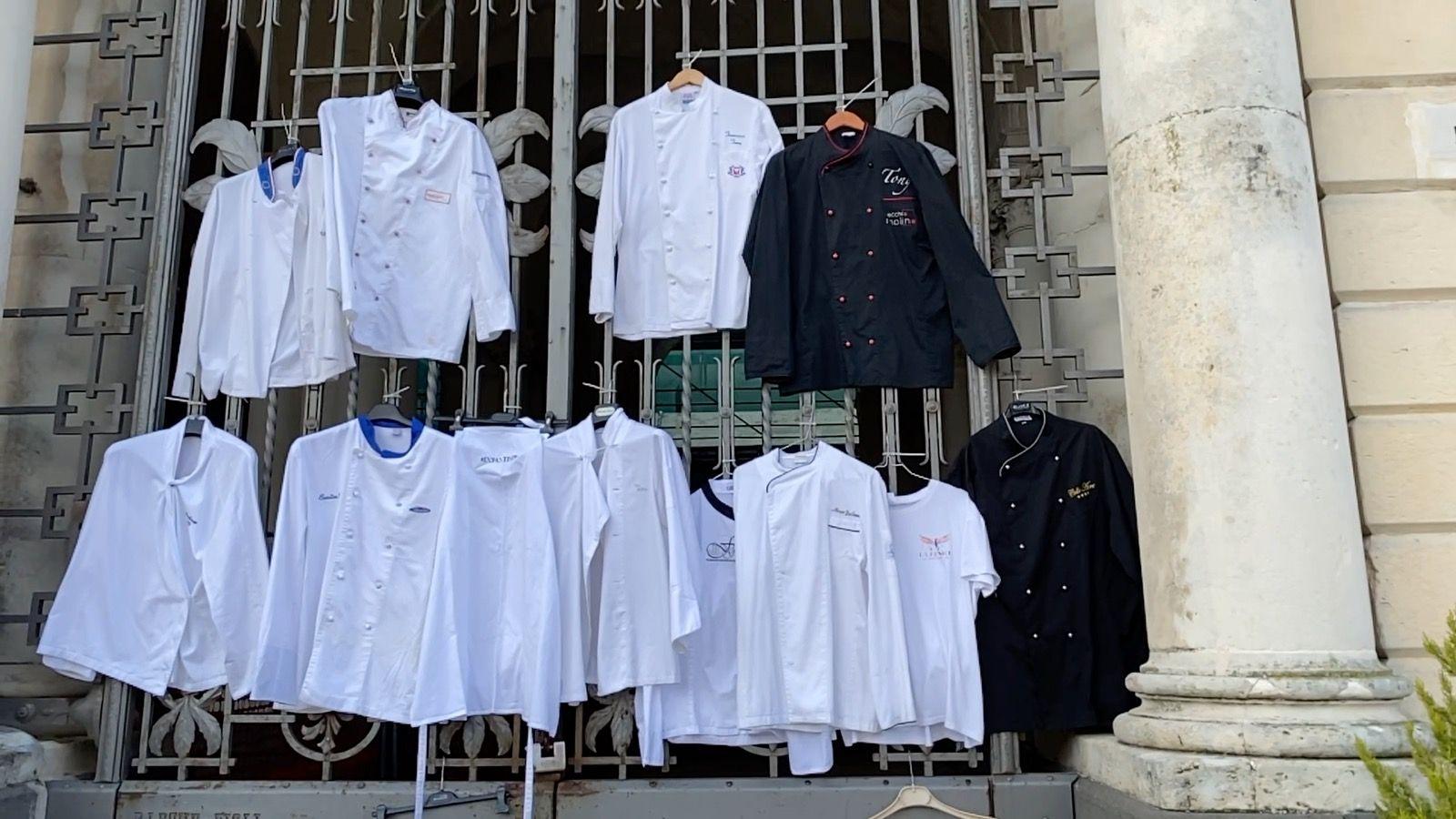 Covid, a Palazzo Acreide i ristoratori consegnano i grembiuli al Comune e  occupano l'aula consiliare - CorrieredelMezzogiorno.it