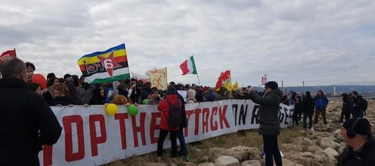 migranti lenzuoli fateli sbarcare