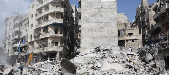 Undici morti per il crollo di un palazzo danneggiato dalle bombe ad Aleppo