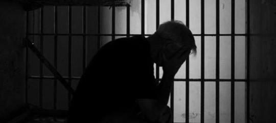 ingeriscono lamette detenuti tentano evasione