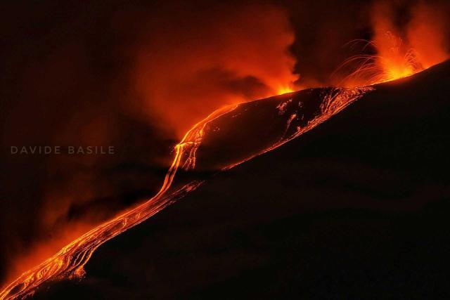 immagine 1 articolo etna video della nuova spettacolare eruzione notturna