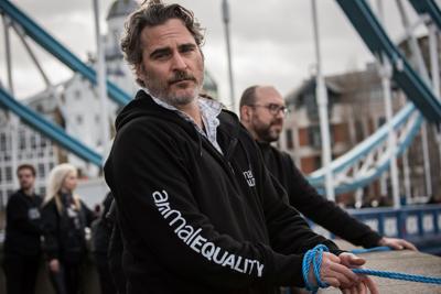 Londra, Joaquin Phoenix contro gli allevamenti intensivi