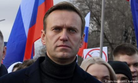 Russia: Putin critic Alexei Navalny on ventilator after suspected poisoning