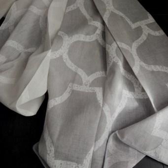 Tejido cortinas tonos gris y blanco dibujo geométrico Via Roma