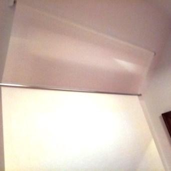 Instalación enrollable con barra para ventana inclinada detalle