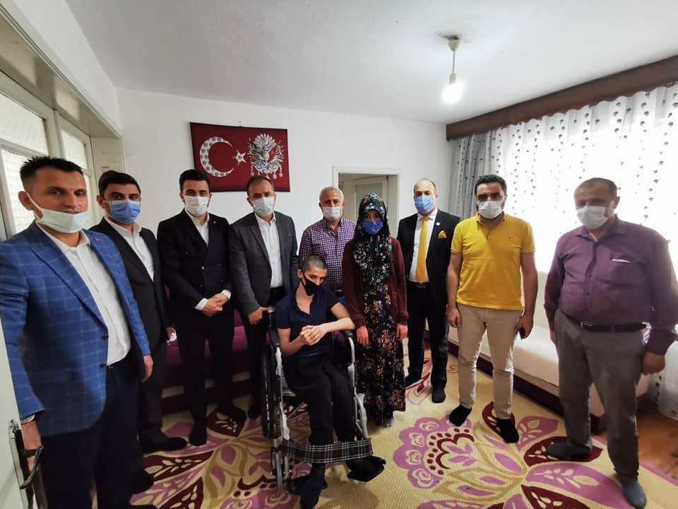 Milletvekili Ceylan, Abdülkerim Kurt'a tekerlekli sandalye hediye etti