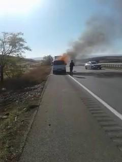 Kasadan sarkan battaniye kamyoneti alev topuna çevirdi