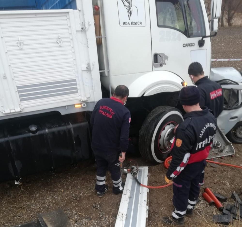 Otomobil kamyonun altına girdi: 1 ölü, 1 yaralı