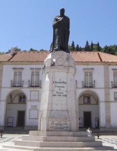 Statue of Gualdim Pais.