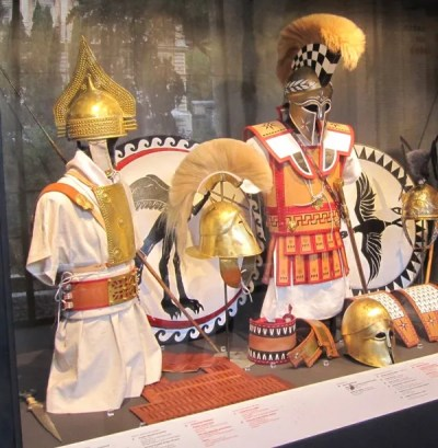The equipment of an Etruscan warrior (left) and of a hoplite (right).