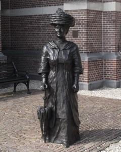 Standbeeld van koningin Wilhelmina voor de Grote Kerk te Apeldoorn.