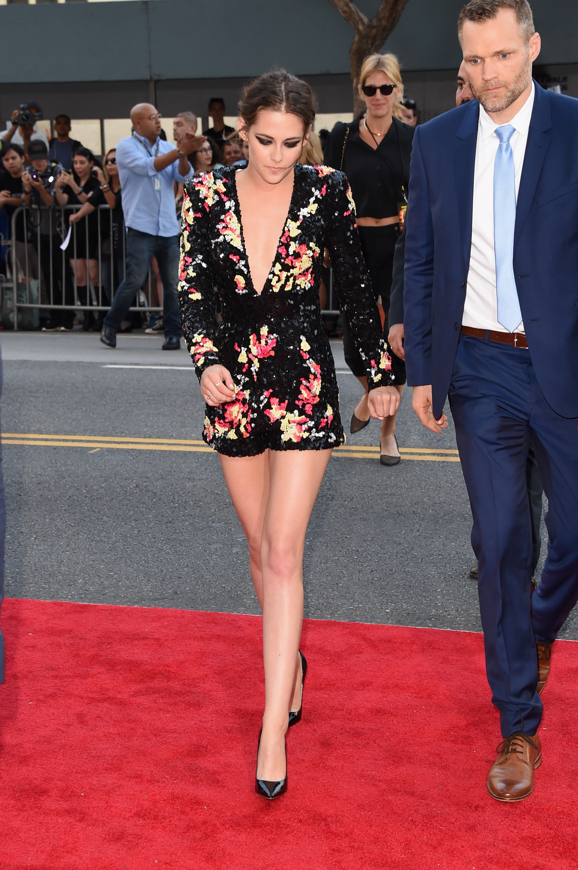 Kristen Stewart Decides to Eff It Takes Off Her Heels on the Red Carpet