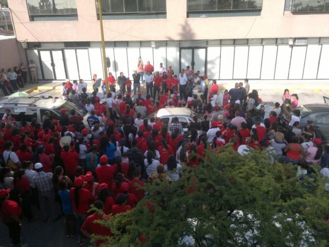 Militantes del Partido de Trabajo se manifiestan a las afueras del Instituto Federal Electoral local.
