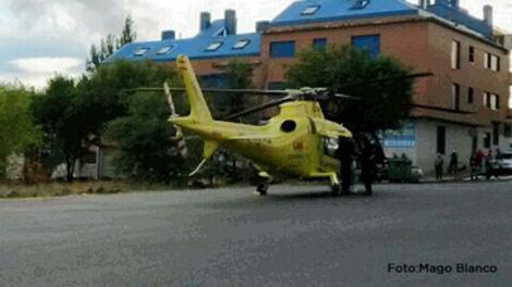 Helicóptero del SUMMA en el aparcamiento de la guardería.