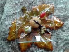 Brocheta de croqueta de boletus, tomate cherry, huevo de codorniz y salsa de guacamole