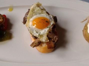 Champiñón,seta de cardo,boletu y nizcalo con un huevo de codorniz