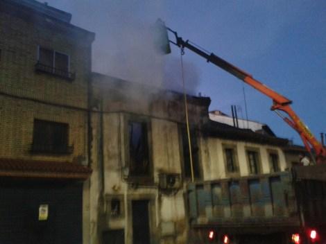 Desde la C/ Juan Fernandez Yagüe  trabajaba el camión grúa del Ayuntamiento