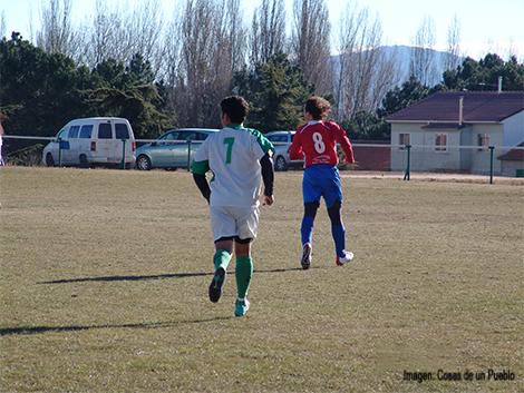 Miguel intenta llegar a tapar a David uno de los goleadores del equipo de Cenicientos.