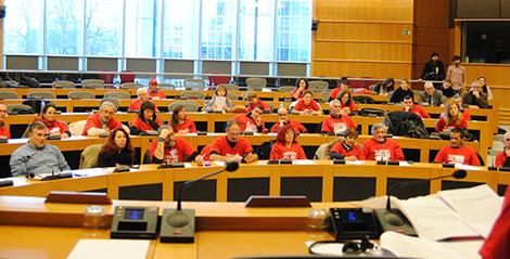Miembros de la Plataforma de Afectados por la Hepatitis C,  en una de las salas del Parlamento europeo en Bruselas. /imagen Beatriz Ríos